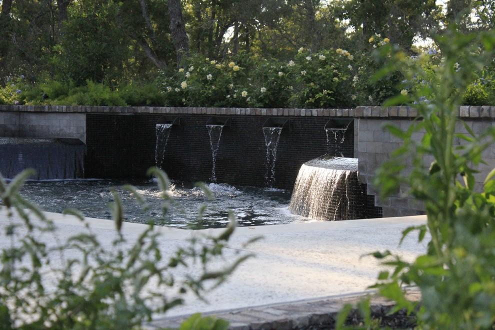 Example of a classic backyard pool fountain design in Dallas