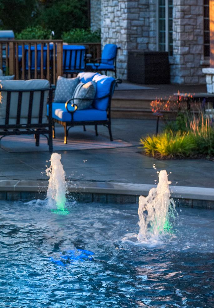 Imagen de piscinas y jacuzzis naturales, clásicos, de tamaño medio, tipo riñón, en patio trasero, con adoquines de piedra natural
