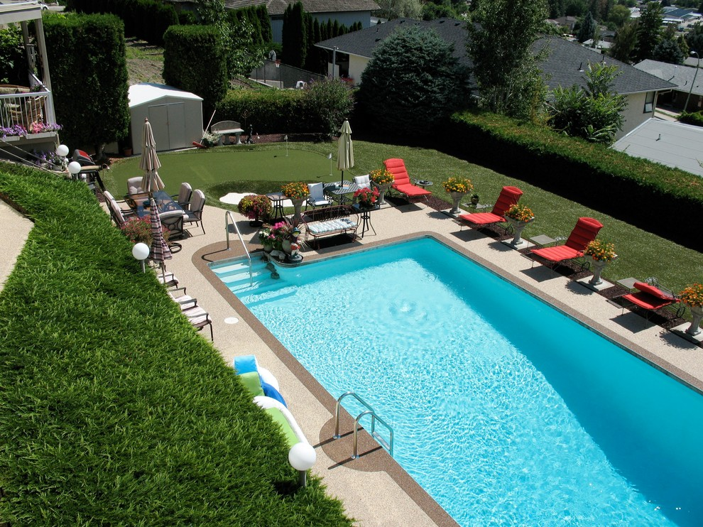 Synthetic grass on steep slope and around pool - Modern ...
