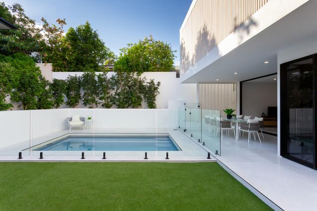 Diseño de piscina contemporánea, pequeña, rectangular, con suelo de baldosas