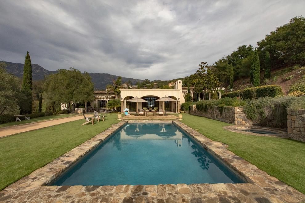 Modelo de piscinas y jacuzzis alargados, mediterráneos, grandes, rectangulares, en patio trasero, con adoquines de piedra natural