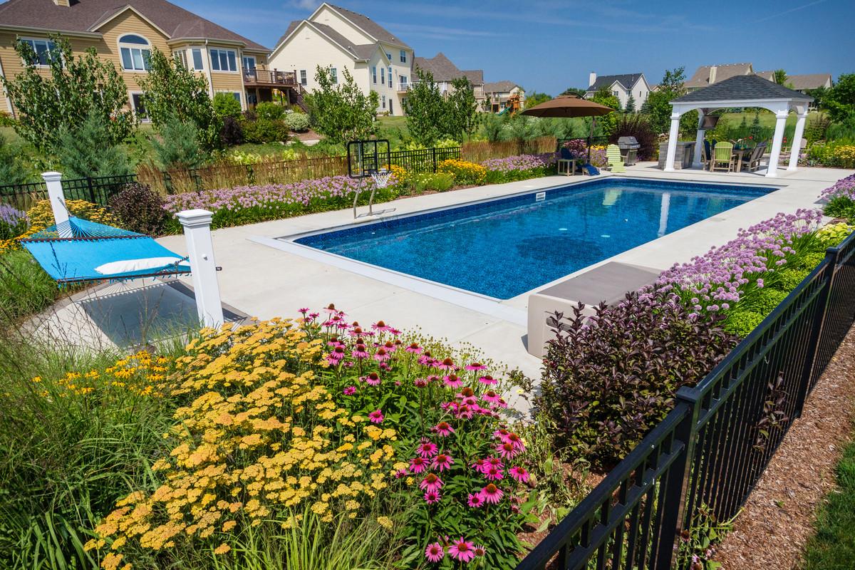 Traditional Pool and Cabana - Cedarburg