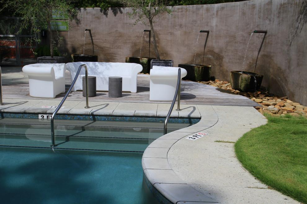 Imagen de piscina bohemia, de tamaño medio, a medida, en patio, con losas de hormigón