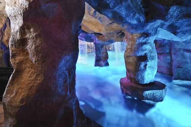 Waterfalls Grottos Give This Oklahoma Pool Multiple Entertainment Areas Fami Mediterranean