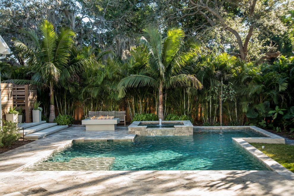 Modelo de piscina con fuente contemporánea, a medida, en patio trasero, con suelo de baldosas