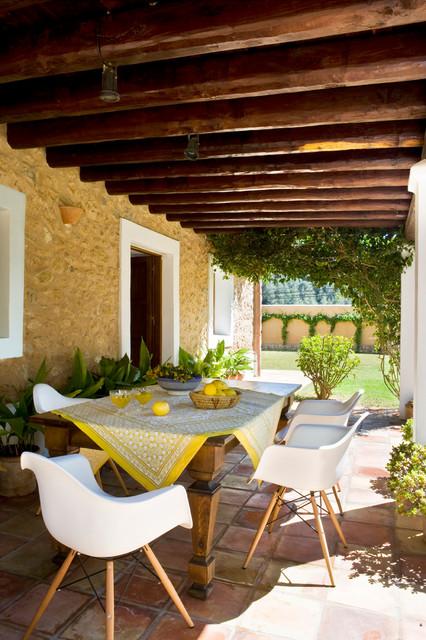 Diseño de terraza mediterránea, de tamaño medio, en patio trasero y anexo de casas, con jardín de macetas y suelo de baldosas