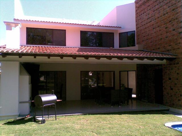 Cristo Ruiz traditional-porch