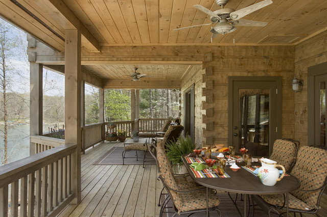 Дизайн закрытого балкона в деревянном доме..