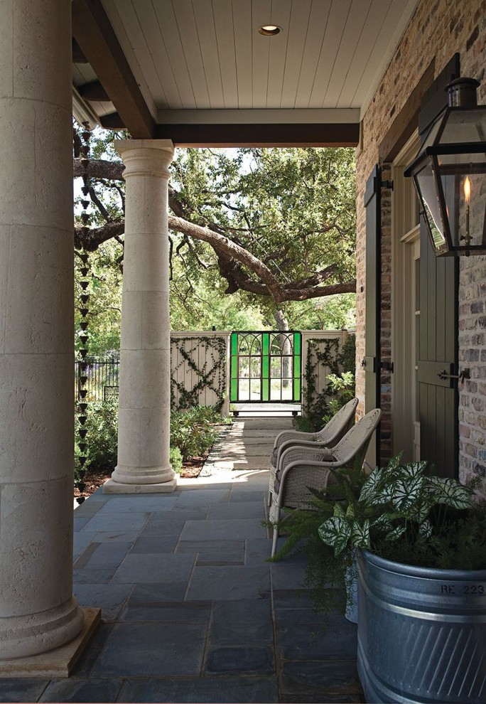 This is an example of an eclectic front porch design in Dallas.