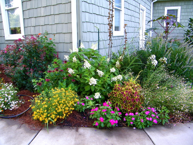 Front porch makeover summer 2010 for Front porch flower bed ideas