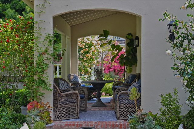 mediterranean porch by Garden Pacific