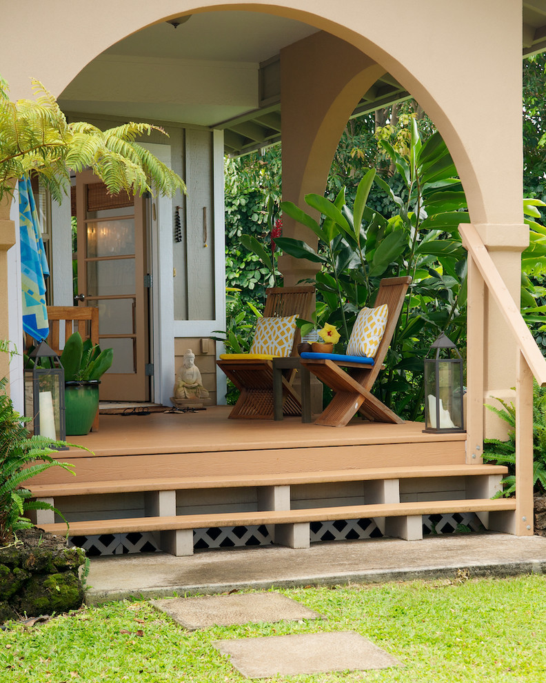 Island style front porch photo in Los Angeles