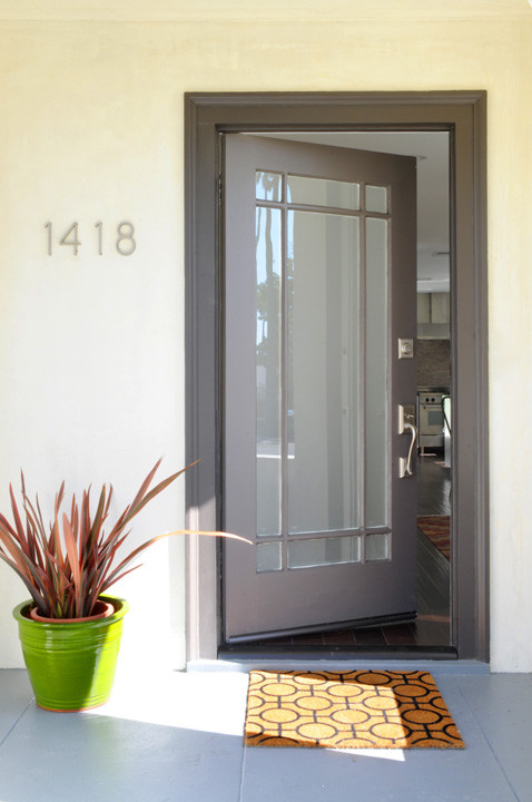 This is an example of an eclectic porch design in Los Angeles.