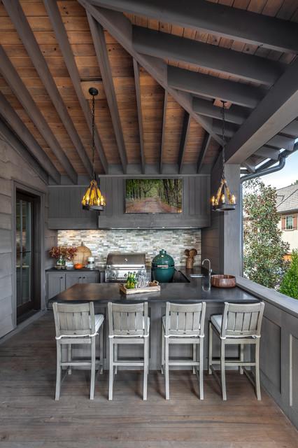 Imagen de terraza clásica renovada, en anexo de casas, con cocina exterior y entablado