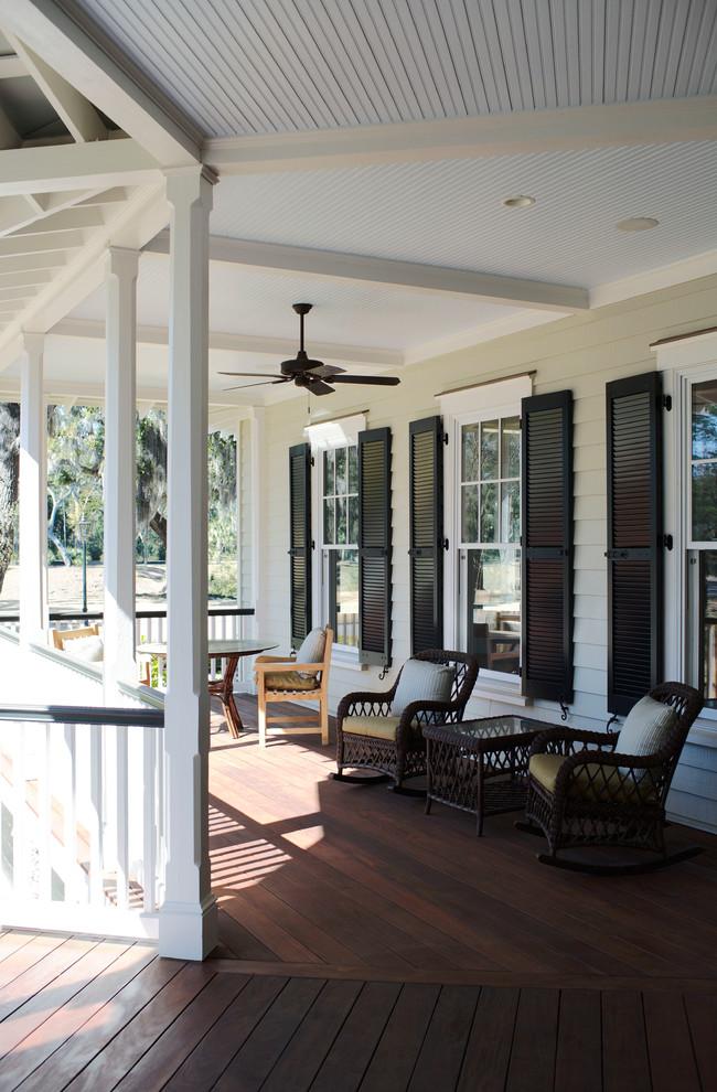 Ejemplo de terraza tradicional, grande, en patio trasero y anexo de casas, con entablado