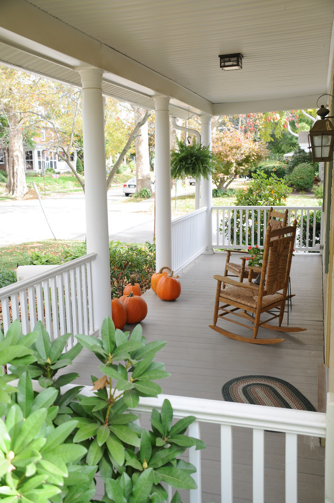 Inspiration for a timeless front porch remodel in Philadelphia