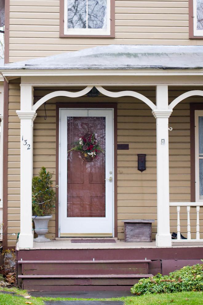 Immagine di un portico classico con un tetto a sbalzo