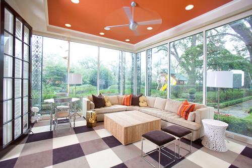 sala con ventanales y techo naranja