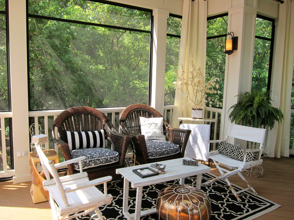 Classic screened-in porch idea in Chicago with decking and a roof extension