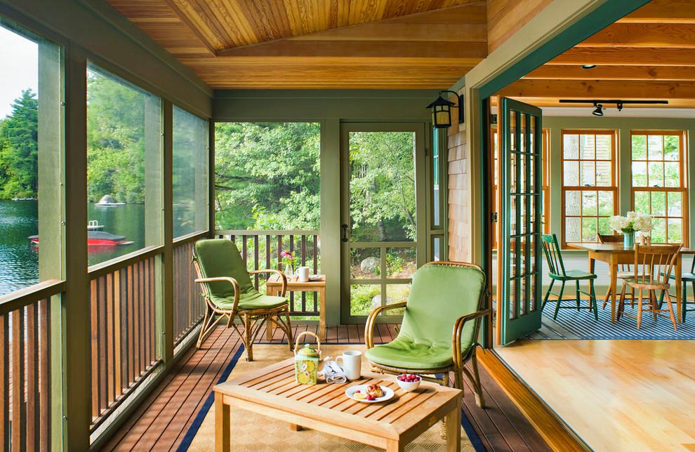 Idéer för en liten rustik innätad veranda på baksidan av huset, med takförlängning och trädäck