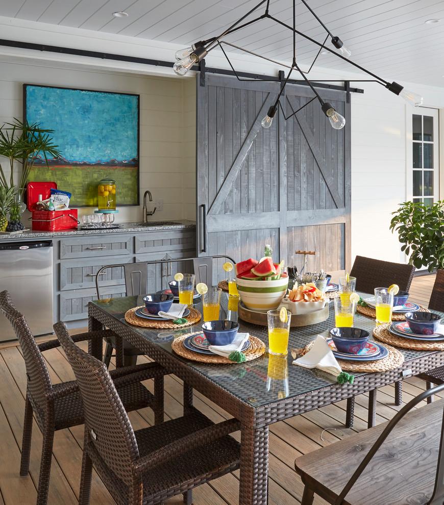 Diseño de terraza campestre, en anexo de casas, con cocina exterior y entablado