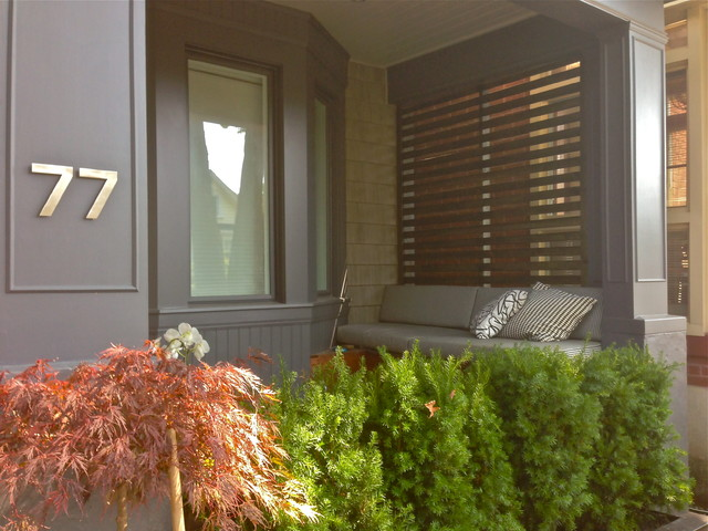Minimalist front porch photo in Toronto