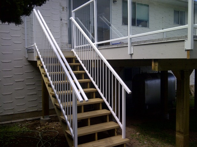 Victoria Deck with Aluminum Railings, Vinyl surface modern-porch