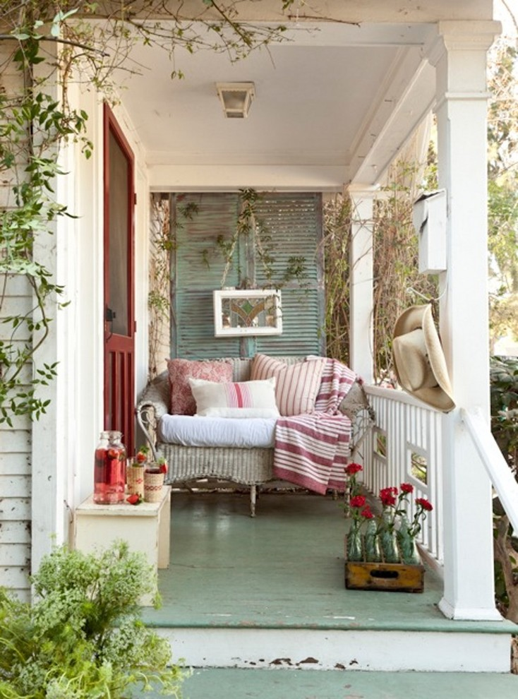 Cottage chic front porch idea in Los Angeles