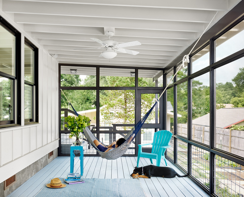 Beach style screened-in back porch photo in Austin with decking and a roof extension