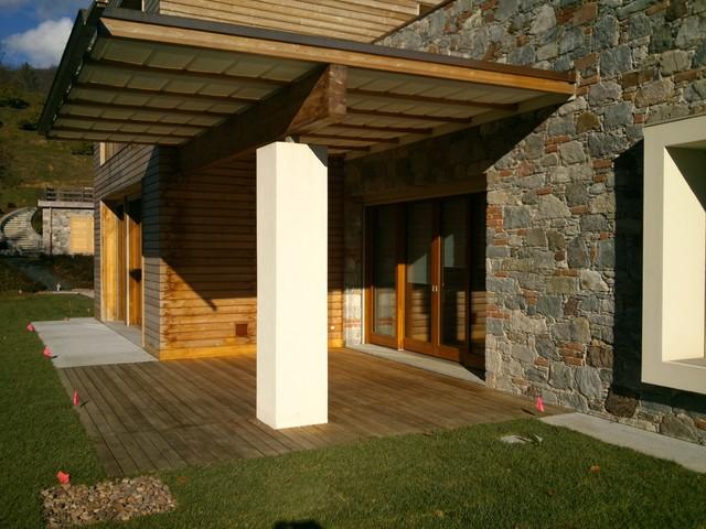 Rivestimento villa con perline in legno larice for Ville con portico in legno
