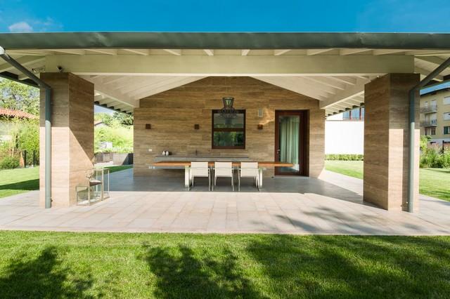Villa con giardino contemporaneo portico milano di for Piani di stoccaggio con portico