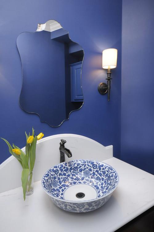 陶器を洗面ボウルとして。インテリアのブルーと合わせて統一感を。