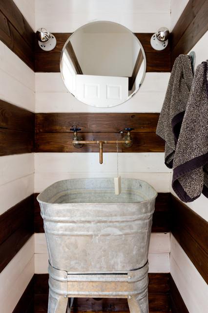 Inspiration för ett litet lantligt toalett, med flerfärgade väggar