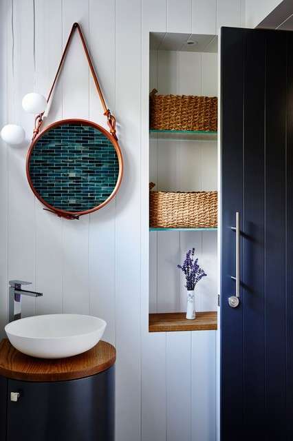 Inspiration pour un WC et toilettes marin avec un mur blanc et une vasque.