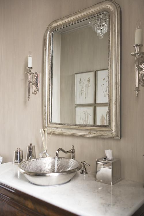 装飾を施した金属製の洗面ボウルはクラシカルな印象。鏡や照明もデコラティブなものをチョイス。