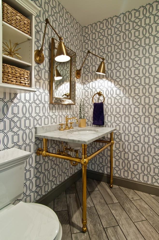 Cette image montre un WC et toilettes traditionnel avec un WC séparé, un mur bleu et un plan vasque.