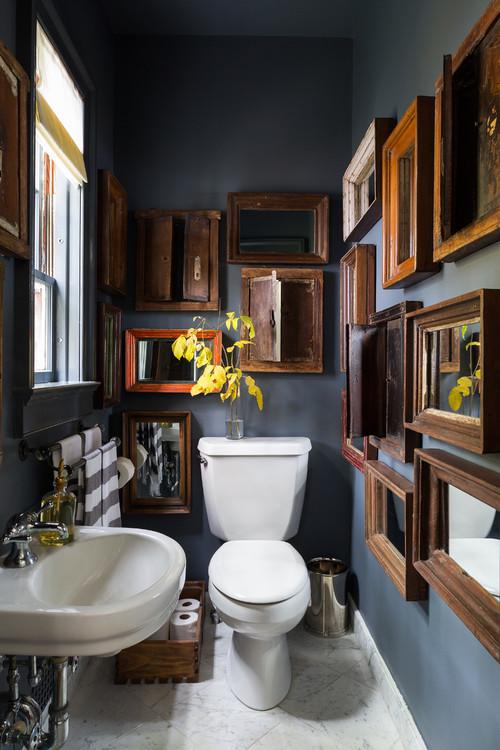 なんとここはトイレの中!暗めのトーンの壁色にアンティークな額縁の存在が際立ちますね。