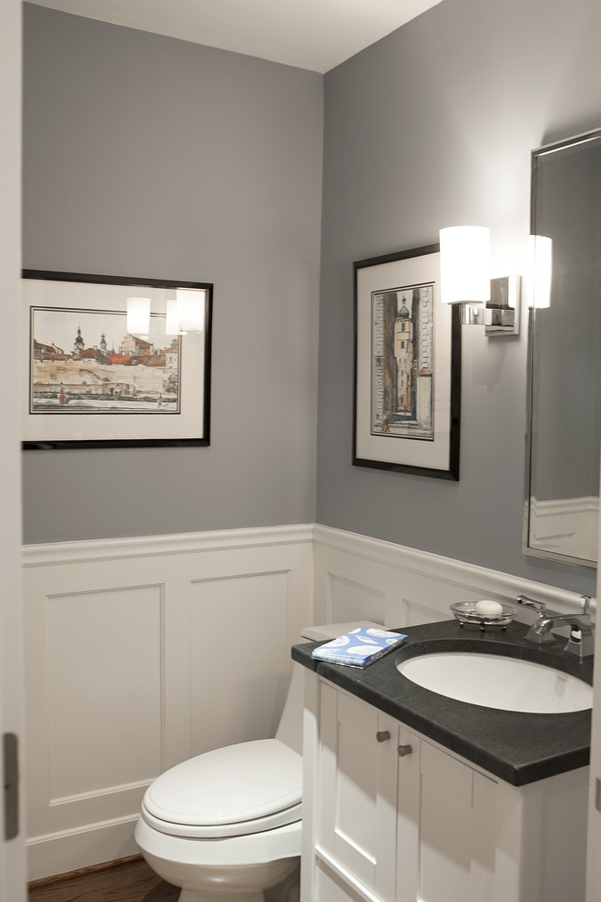 Inspiration pour un WC et toilettes traditionnel avec un lavabo encastré, un placard à porte shaker, des portes de placard blanches, un plan de toilette en stéatite, un WC à poser et un plan de toilette gris.