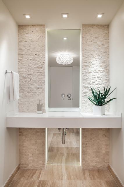 Foto di un piccolo bagno di servizio minimal con lavabo integrato, pareti bianche, parquet chiaro, nessun'anta, ante bianche, WC a due pezzi, piastrelle beige, piastrelle in pietra, top in quarzite, pavimento beige e top bianco