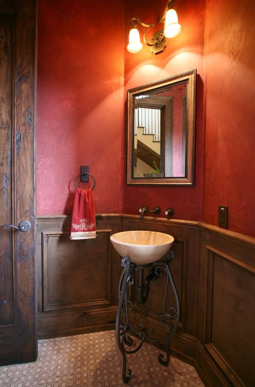 石鉢の洗面ボウルとアンティークな洗面台が、レトロな雰囲気の洗面所にぴったり。