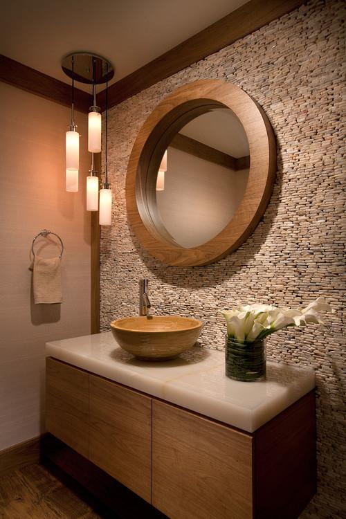自然の素材を取り入れたトランジショナルな洗面所。シンプルなデザインが木や石の素材感を引き立てます。