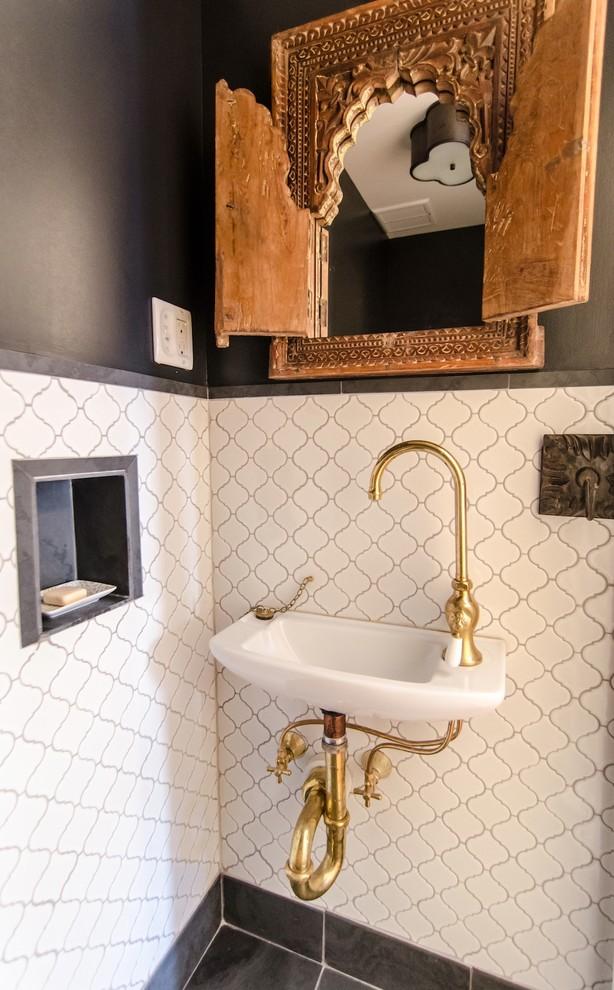 Foto de aseo mediterráneo con lavabo suspendido y baldosas y/o azulejos negros