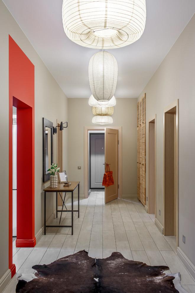 Неиссякаемый источник вдохновения для домашнего уюта: входная дверь среднего размера в стиле фьюжн с полом из керамической плитки, одностворчатой входной дверью, входной дверью из дерева среднего тона, серым полом и бежевыми стенами