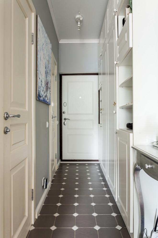 Foto de puerta principal tradicional con paredes grises, puerta simple y puerta blanca