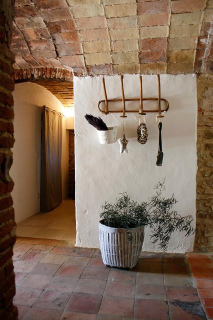 Casa de pueblo r stico hall y pasillo barcelona de for Diseno pasillos interiores