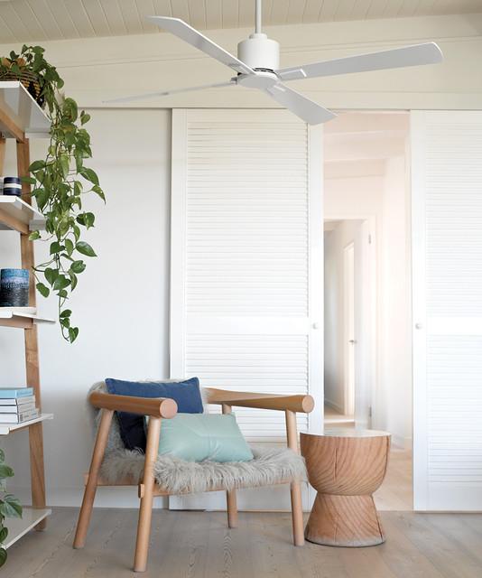 Diseño de sala de estar con biblioteca abierta, escandinava, pequeña, sin chimenea y televisor, con paredes blancas y suelo de madera en tonos medios