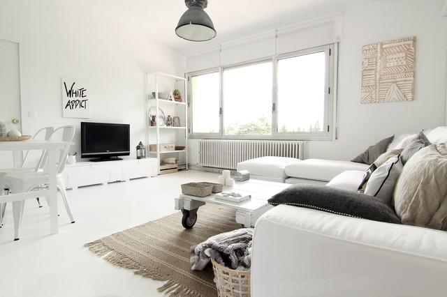 Diseño de sala de estar abierta, nórdica, de tamaño medio, con paredes blancas, televisor independiente y suelo blanco