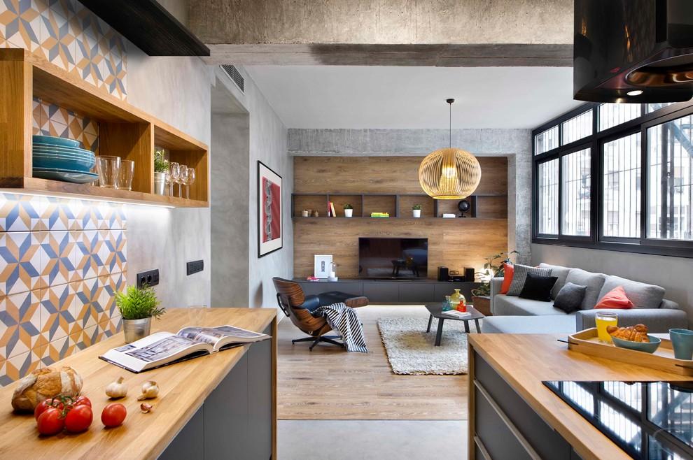 Diseño de sala de estar abierta, industrial, de tamaño medio, sin chimenea, con suelo de cemento, suelo gris y televisor independiente