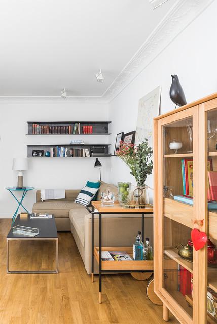 Foto de sala de estar con barra de bar contemporánea con suelo de madera en tonos medios, paredes blancas y suelo marrón