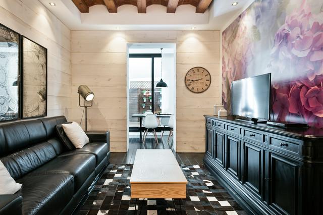 Ejemplo de sala de estar cerrada, ecléctica, pequeña, sin chimenea, con televisor independiente, paredes multicolor y suelo de madera pintada